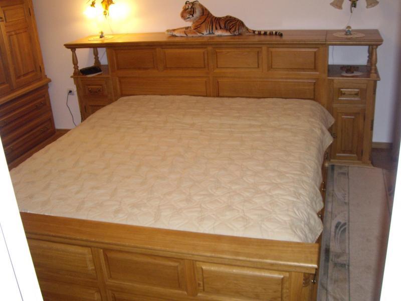 Спалня от дъб с ракла + 2 нощни шкафчета - КОНАС ООД  - производство на  мебели от масив, дървен материал и дървен материал за строителството